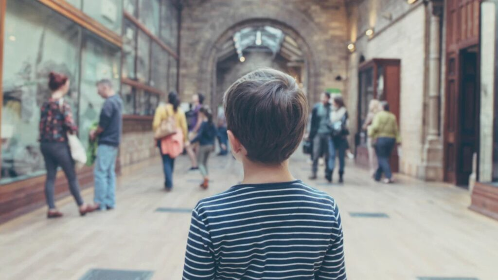 niño visitando museo